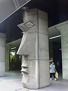 板橋区のある駅のモアイ像?